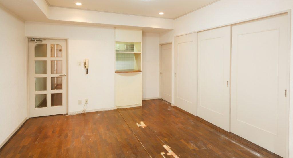 フローリングの破損が目立つ入居前の部屋のイメージ