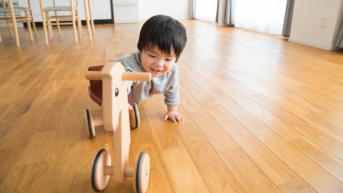 小さな子供がいても大丈夫!フローリングの汚れ・傷・滑り対策